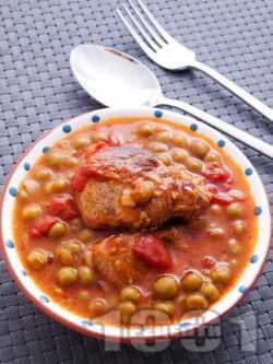 Вкусна яхния от свинско месо от бут с грах от консерва (буркан), лук и домати - снимка на рецептата